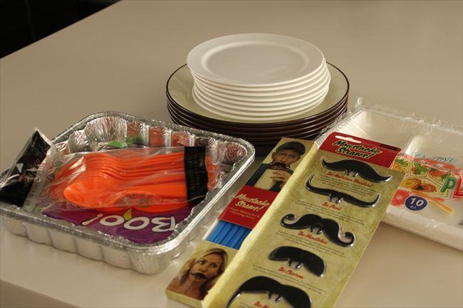 ママ友からもらったり、コストコやナショナル麻布マーケットで買うパーティーグッズ。子どものパーティーは紙皿やメラミンの器を使う