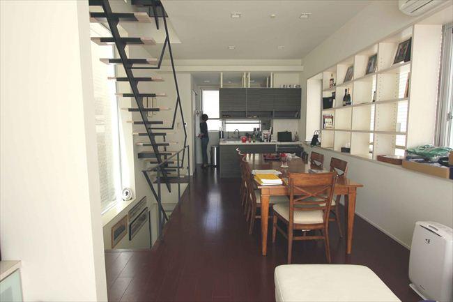 ソファのあるリビングスペースから、ダイニング、台所を望む