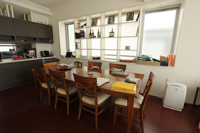 窓辺の飾り棚は作り付け。テーブルと椅子はアメリカのイーセンアーレン