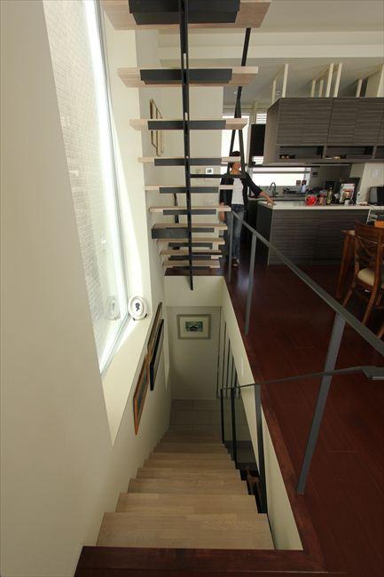 「20坪なのでとにかく広く見せて」とお願いした結果、階段室も開放感あふれる造作に