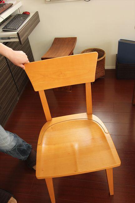 家族や来客の椅子はイーセンアーレンだが、自分用は結婚時にあつらえた何でもないブランドの最後の生き残り1脚を使い続けている