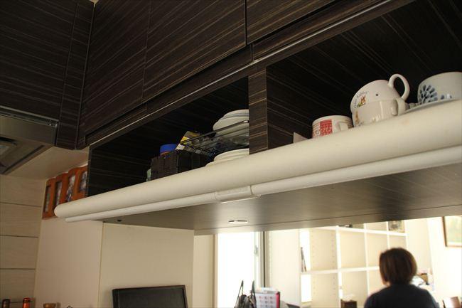 カウンターの頭上はよく使う食器を収納