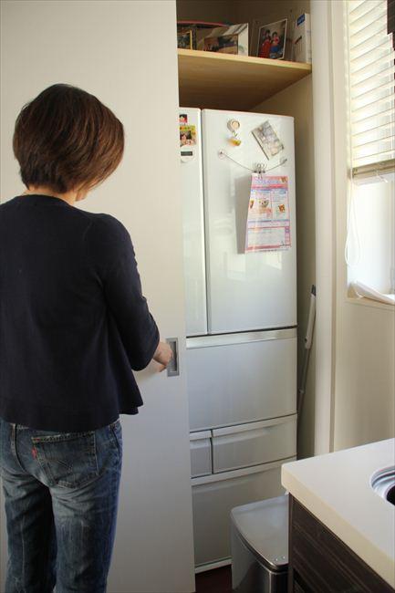 リビングから冷蔵庫が見えないようにしたいという夫のたっての希望で、扉付き収納庫に入れている