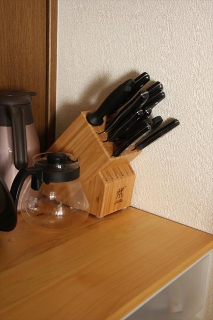 ヘンケルスの包丁セットはアメリカで購入。日本で販売されているものと、包丁を差し込む向きが違う