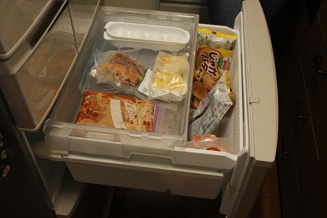 冷凍庫には、アメリカから送られてくるビーフジャーキーや作り置きのチリコンカンなど