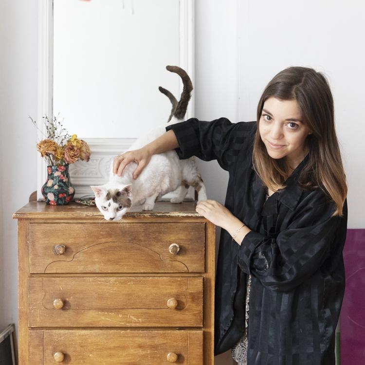 猫アレルギーの飼い主と、カールヘアのデヴォンレックス猫