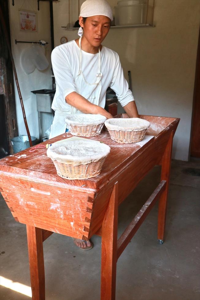 パンを手捏ねするための捏ね桶。木工作家に作ってもらったもの。ふたを閉めると作業台に変身。「なくてはならない身体の一部」