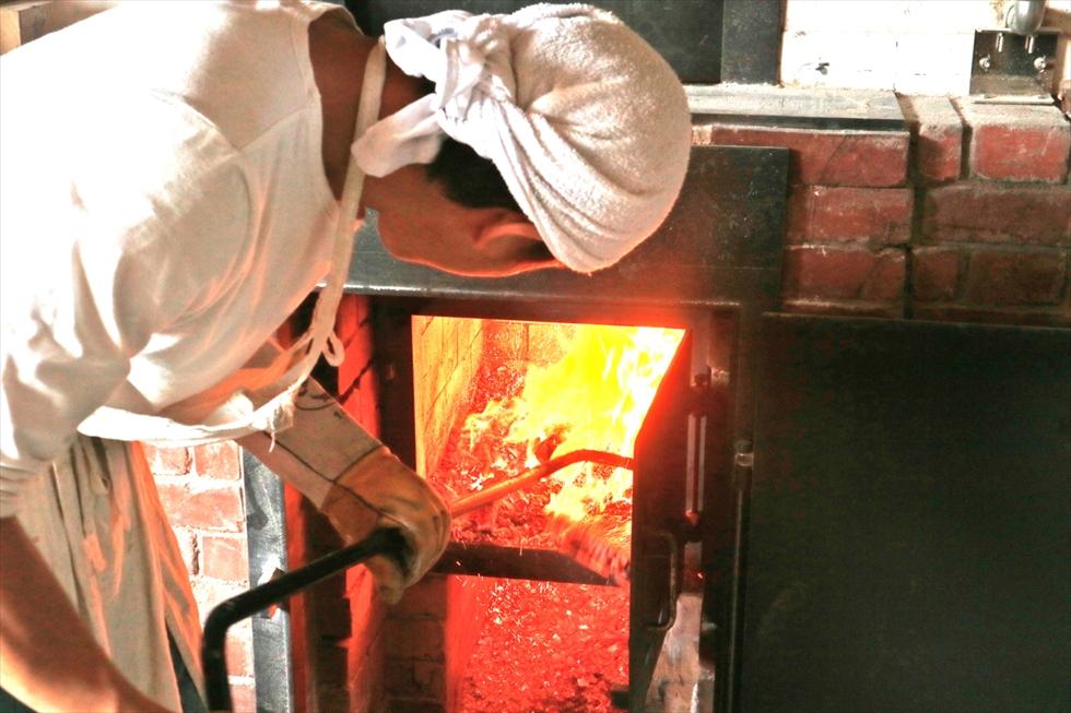 火かき棒で薪の位置を直す
