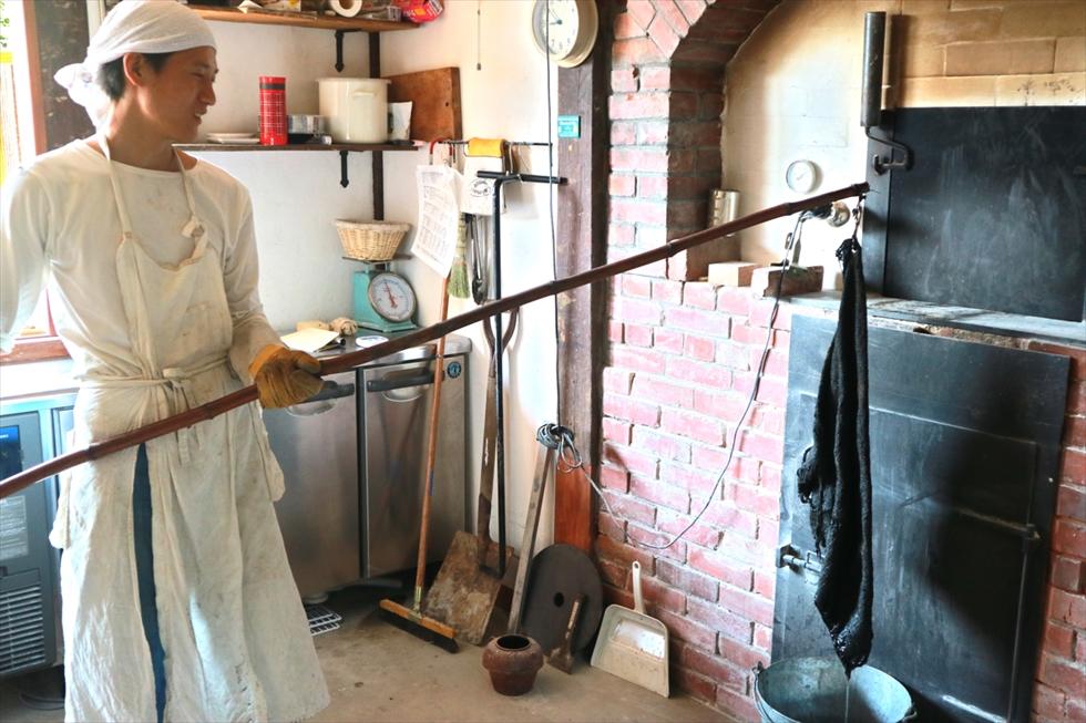窯の内部を清掃する道具。ふきんをぐるぐるまわして拭く。そうすると上昇気流が起き、ほこりが舞い上がって煙突から排出される