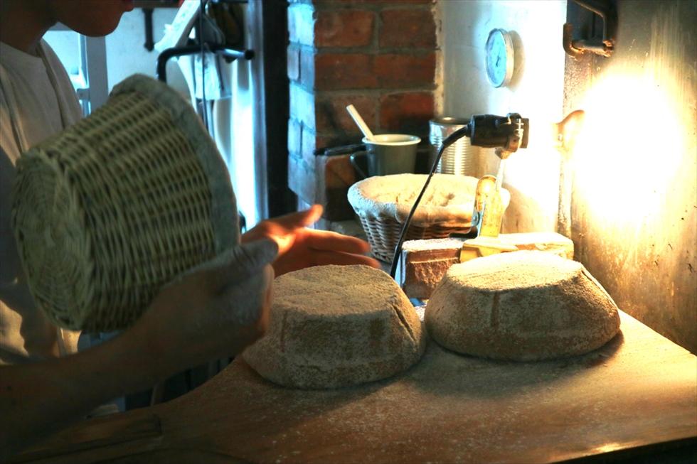 バネトン(発酵カゴ)をひっくり返して出し、カンパーニュの生地を窯に入れる