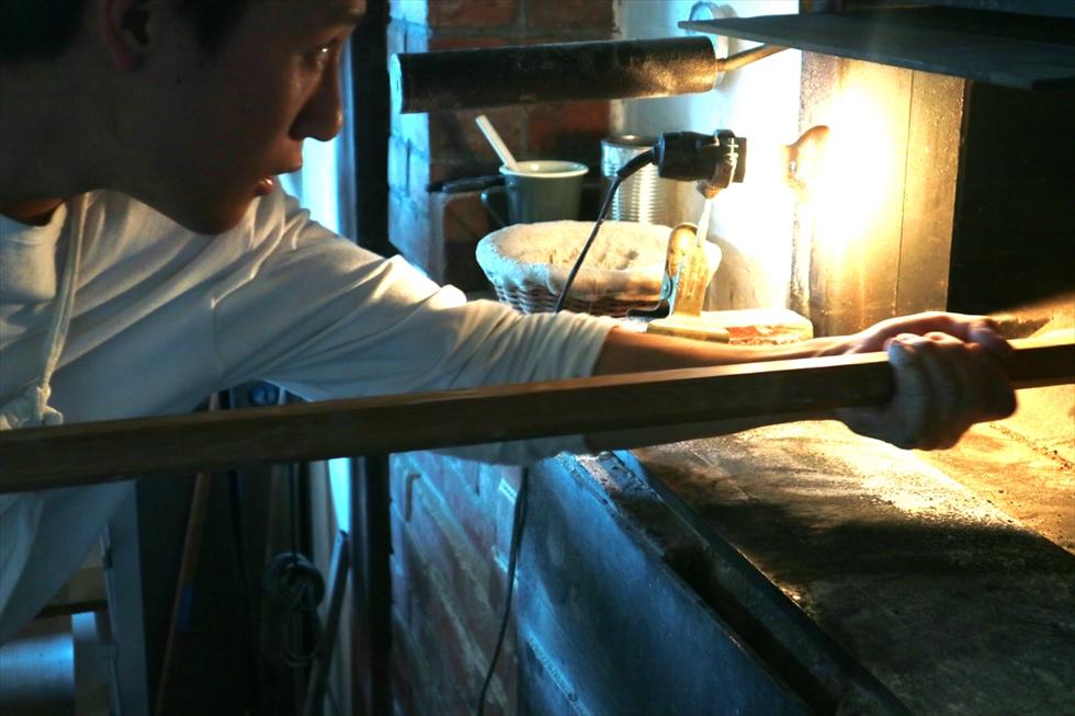 ピールを操ってパンを窯の中へ