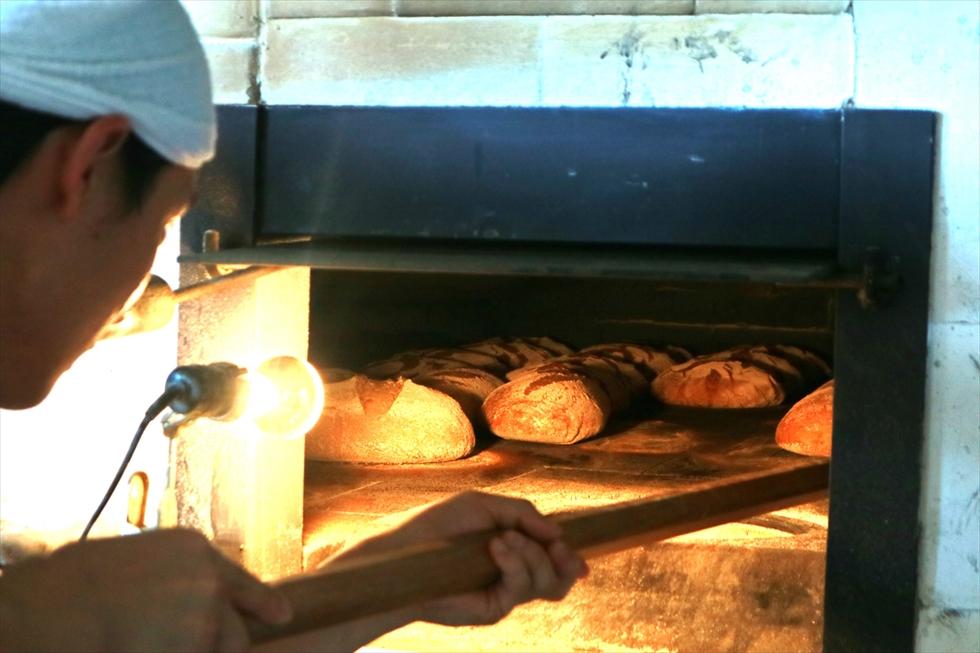 焼きあがったパンを取り出す