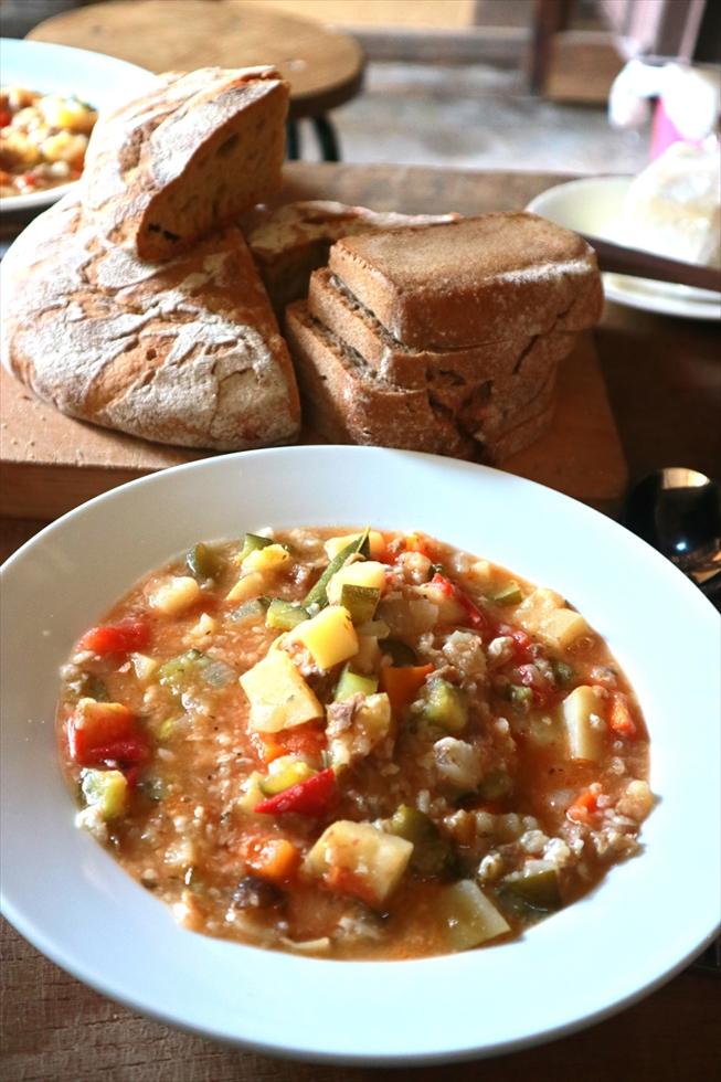 お昼ごはんはラタトゥイユ。ご近所の農家と物々交換した野菜で