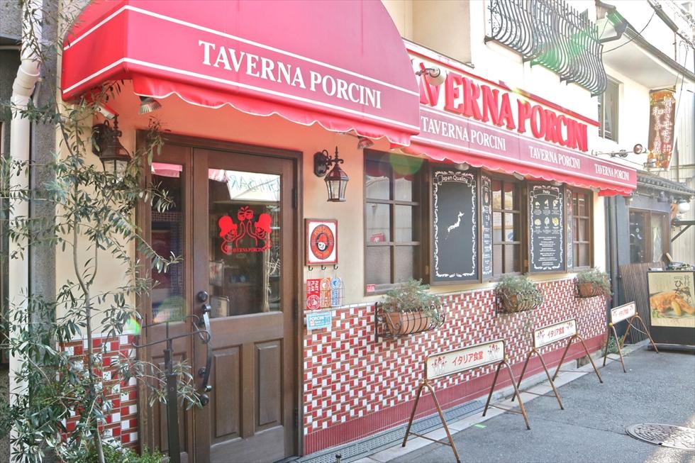 イタリアン食堂「タヴェルナ・ポルチーニ」。塩フォカッチャから総菜パンまで、焼きたてのパンが食べられる。サルメリア「バール・ポルチーニ」と路地に3軒がひしめき、ポルチーニ村のおもむき
