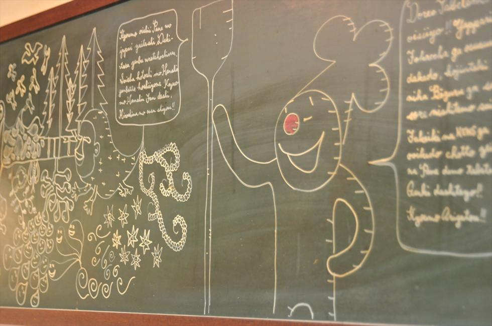 黒板に描かれたポルチーニのキャラクター。レストランの常連客が専属イラストレーターになった。手づくりの店にはあたたかさと勢いが同居している