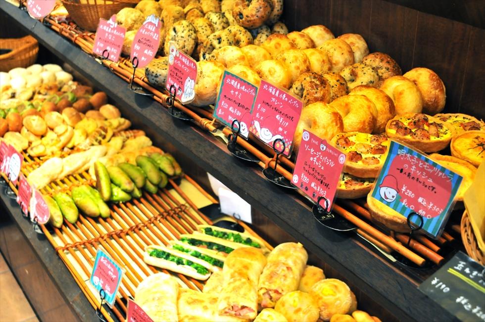 たくさんの種類が一列ずつ。パン屋さんにとってきつい「多品種少量」はお客さんからの支持は圧倒的