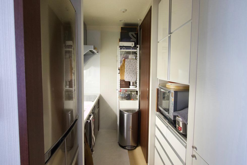 リビングから台所を望む。来客時はロールスクリーンで仕切る