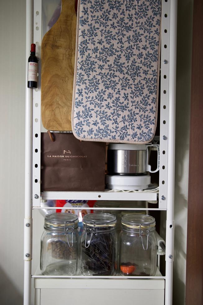 洗ったワイングラスの水切りマット(花柄)とチーズボード。コーヒーとだし昆布はガラス瓶に