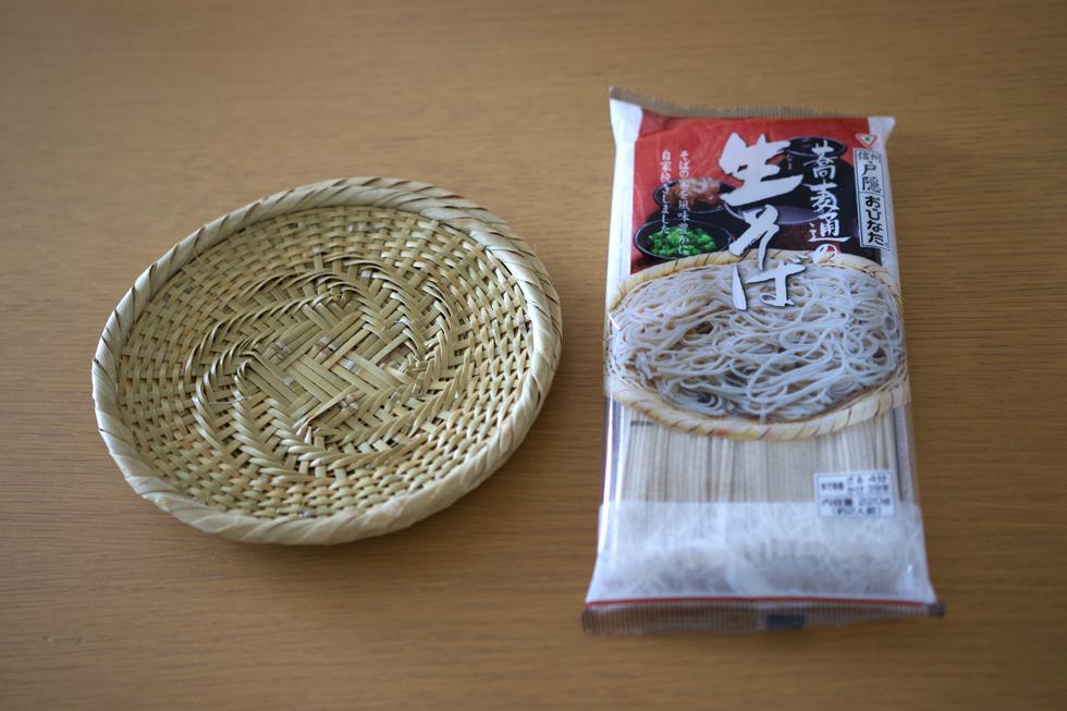 <切らしたら困るもの> 「蕎麦通の生そば」(おびなた)。プロ仕様の白竹蕎麦ザルが重宝