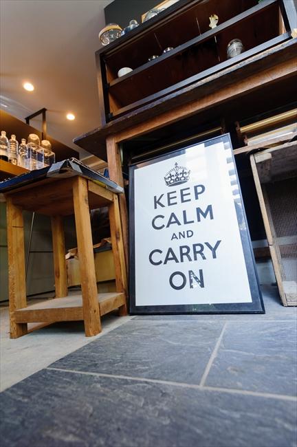 「KEEP CALM AND CARRY ON」は、イギリスで流行中の合言葉