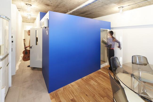 部屋の中央には防音室を配し、LDKやベッドスペースを周りにレイアウト