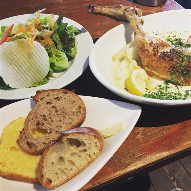 骨付き錦爽鶏と季節の野菜のレモンクリーム煮込みと自家製パン盛り合わせ