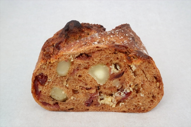 ローズヒップとクランベリー、マカダミアナッツのパン