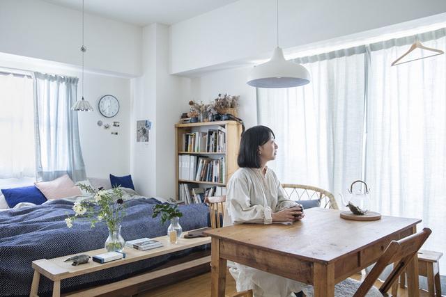 ダイニングテーブルでお茶を飲む大谷さん。座っている椅子はイルマリ・タピオヴァーラのものです
