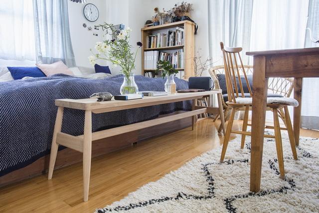 飾り棚を置くスペースはないので、ベンチに飾ります。寝るときは、割れないように花器はダイニングテーブルに移動