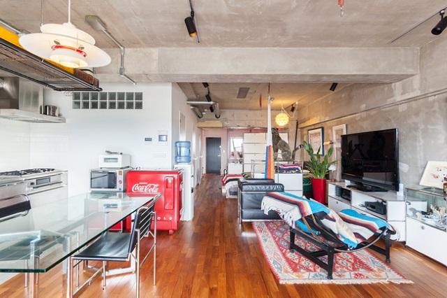 広々としたワンルームは水まわりと収納以外の壁は排除。家具で仕切る、模様替えが楽しい住まいに変身