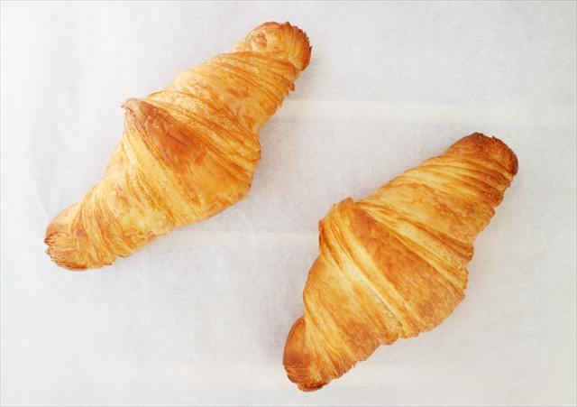 有機小麦のクロワッサン(左)とクロワッサン・エシレ