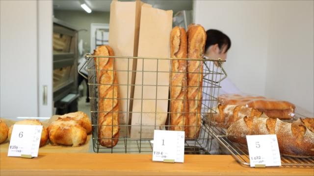 チーズのパン、バゲット、全粒粉のパン