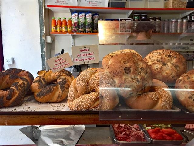 ベーグルは、ケシの実つきとゴマつき。右にあるのが私たちが選んだタマネギのパン