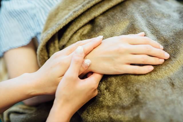 ボディートークでは相手の手首に手を添えて、その人自身の自然治癒力を呼び覚ますための「質問」を重ねていく。クライアントにはアトピーやぜんそくなど、精神面が大きく影響する症状に悩む人も多いそう