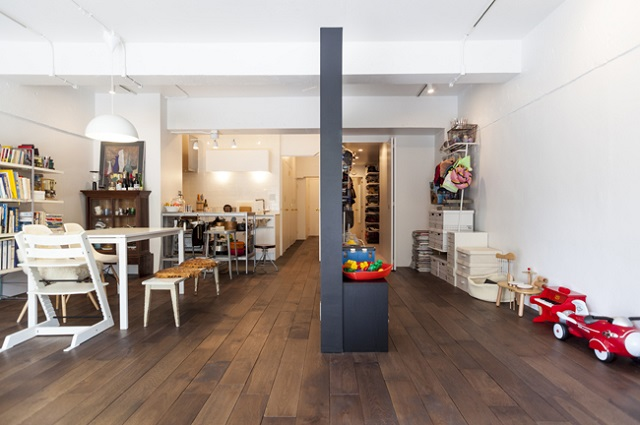 黒板塗装の壁の右側がウォークインクローゼットと子ども部屋、左側が水回りやキッチン、リビング