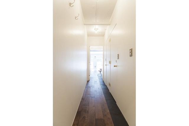 玄関から入って右側がトイレなど水回り、左側がウォークインクローゼット