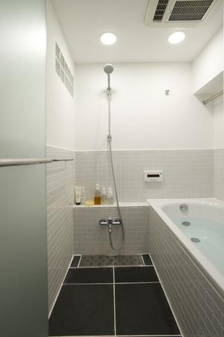 お風呂は以前より少し大きくした。清潔感のある白いタイルで統一