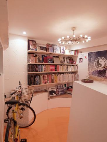 将来のこども部屋になる円形の土間。ポップな色使いと形が楽しい気分にさせる