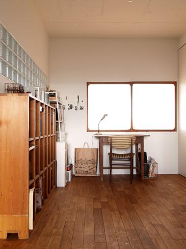 左手の棚は学校で使われていたもの。壁の一部はガラスブロックに