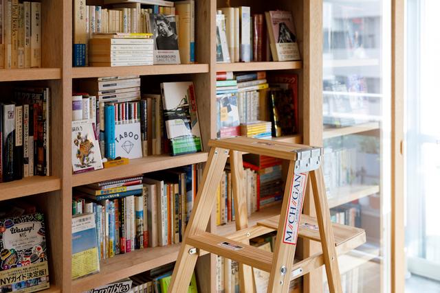 本を取るための脚立。そのまま座って読書をすることも