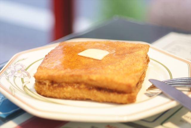 卵をつけて油で揚げ、バターとはちみつをとろーり