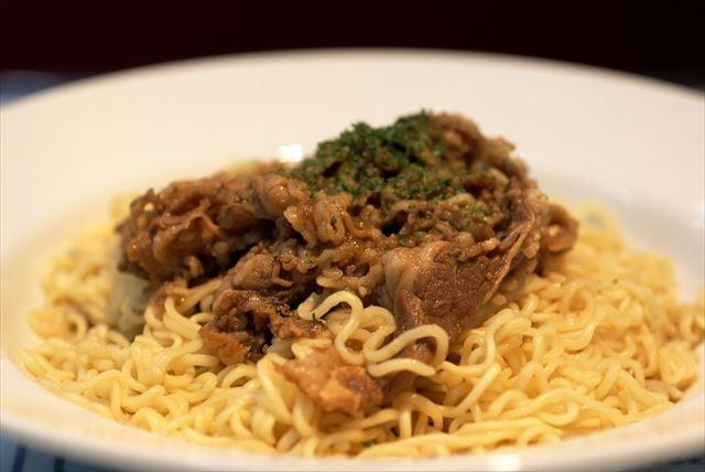 「サテ ビーフ麺」は出前一丁の麺を使っている