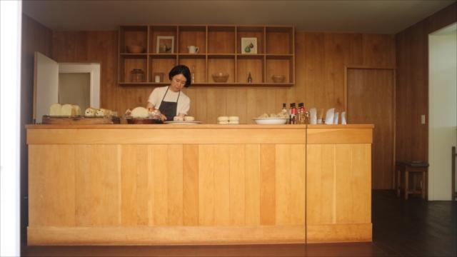 レトロモダンな洋間に、大きな木のカウンター。内装と家具の製作は、「アンティークス タミゼ」の吉田昌太郎さんが手がける