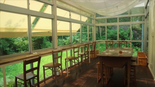 カフェスペース。かって植物を育てていたサンルームを改装