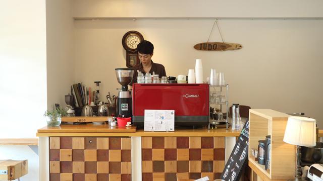 店に入って左側はコーヒーカウンター