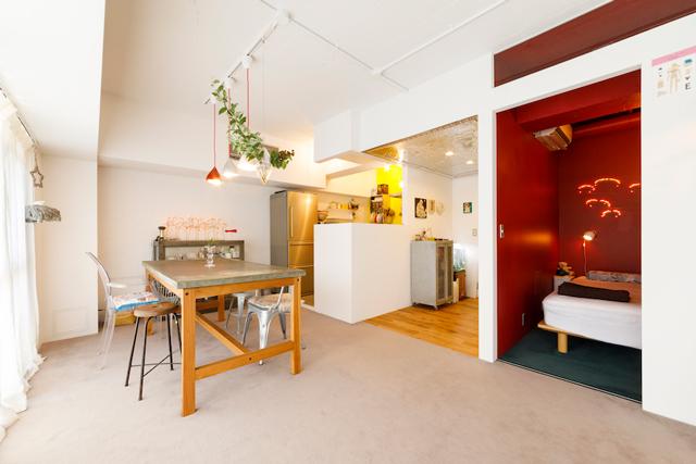 リビングの隣には寝室、奥にはキッチンがある
