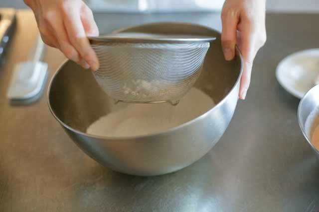 薄力粉とベーキングパウダーはざるでふるって。お菓子用のふるい器がなくても大丈夫です