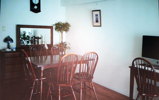 ダイニングテーブルと椅子は、秋田の家から40年以上使っています。経年変化でますますいい色合いに