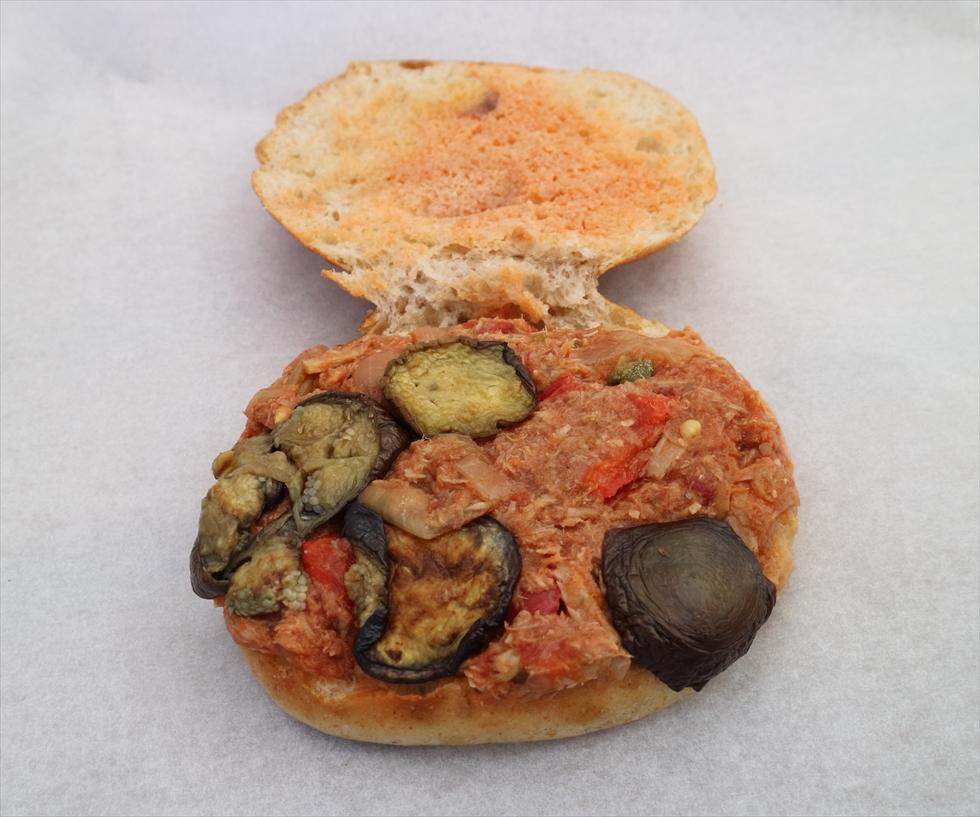ツナのトマト煮とナスのサンドイッチを開いたところ