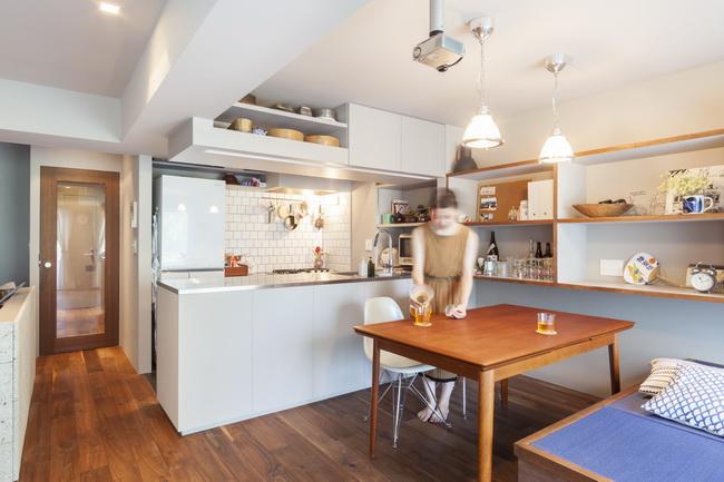 オープンキッチンとダイニングからつながる小上がりスペース